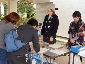 ハンスト終了後も県民投票実施を求め署名に訪れる人たち=20日、宜野湾市役所前