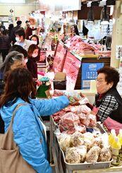 正月料理の食材を買い求める人たちでにぎわう第一牧志公設市場=30日午後、那覇市松尾(国吉聡志撮影)