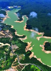 沖縄県内最大の福地ダムも赤土の地肌が目立つ=5月30日、東村(本社チャーターヘリから下地広也撮影)