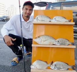 北部海岸のフカセ釣りでチンシラーなどを釣ったデイビィド・ラパエルさん=2日