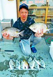 西崎漁港で38センチ、1・01キロのカーエーを釣ったチームちんぐわぁ~の森江真吾さん=1月23日