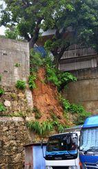 土砂崩れがあった民間駐車場の斜面=13日、浦添市城間