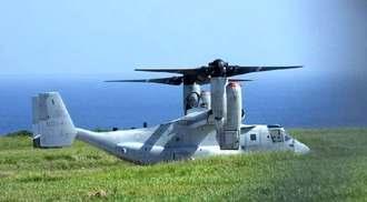 伊江島補助飛行場に予防着陸し、駐機するオスプレイ=7日午前9時半ごろ、伊江村(同村提供)