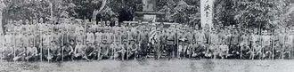 戦意高揚のため、在郷軍人会開催の米英撃滅大会に参加した石垣町分会=1942年1月、石垣国民学校の忠魂碑前