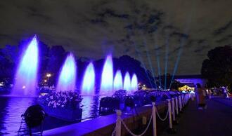 東京・上野公園で始まったライトアップイベントで青色の光に浮かび上がる噴水=30日夜