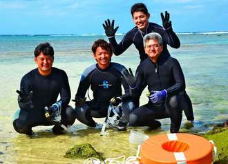 契約後、初めてサンゴの苗を植え付けた(左から)嶺井博希捕手、東浜巨投手、宮城浩夢さん、沖電開発の知念克明社長=2016年1月、宜野湾トロピカルビーチ
