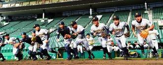 グラウンドに駆け出す糸満の選手たち=阪神甲子園球場(朝日新聞社提供)