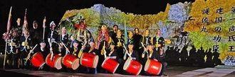 中城城跡のプロジェクションマッピングで演舞を披露するメンバーら=中城城跡