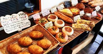 一番人気のカレーパン(手前)。総菜系に甘い系、定番も新作も味わえる