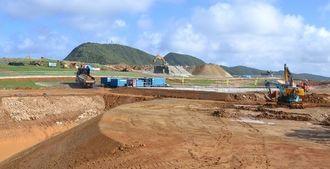 造成工事が進む陸自沿岸監視部隊の駐屯予定地=2014年11月、与那国町