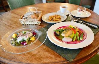 季節の野菜をふんだんに使った日替わりランチ(税込み1550円)。この日のメインはサーモンのソテー青ねぎソース。パスタ、自家製パン、手作りデザート付き