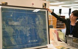 県立図書館で初めて公開されている「那覇市全図(1933年ごろ)」=那覇市寄宮の同館