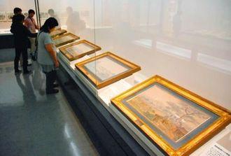 ハイネが描いた水彩画に見入る来場者=29日、県立博物館・美術館