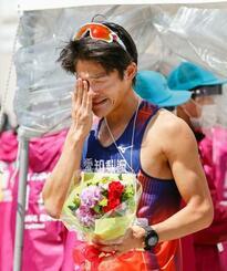 男子50キロで優勝し、感極まった表情を見せる丸尾知司=石川県輪島市