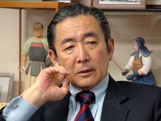 沖縄タイムスのインタビューに答える橋本龍太郎元首相(2006年4月、沖縄タイムス社撮影)