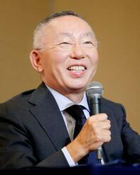 決算説明会で、笑顔を見せるファーストリテイリングの柳井正会長兼社長=10日午後、東京都中央区