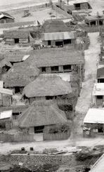 与那国島・祖納の集落。瓦ぶき、カヤブキの家が並ぶ=1972年4月1日