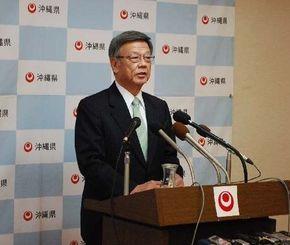 定例会見で記者の質問に答える翁長雄志知事=県庁