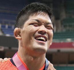 2大会連続で優勝を果たし、金メダルを手に笑顔の男子73キロ級の大野将平=日本武道館