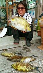 西崎海岸でカーエーを数釣りした比嘉宗信さん=4日