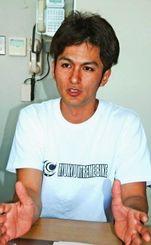 「沖縄にエクストリームバイクの良さを広めたい」と話す屋比久大さん=11月24日、与那原町