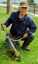 強力な力で草を刈る機械を自作した大城克則さん=4日、市佐敷新開