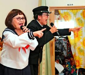 制服姿で熱唱する城間ヨシさん(左)と仲村須榮子さん=23日、糸満市・有料老人ホームでいご