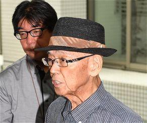 記者団に会見について発表する翁長雄志知事=26日午後3時すぎ、県庁