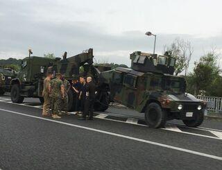 脱輪した米軍車両=18日、沖縄自動車道