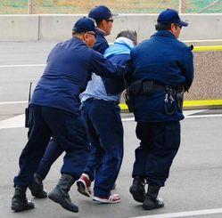(3)米軍側の警備員3人にゲート内へ連行される山城議長=午前9時6分12秒