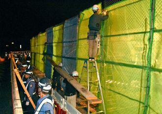 未明に進む新しい柵の建設作業=日午前2時分、名護市辺野古の米軍キャンプ・シュワブゲート前