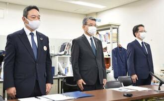 記者会見する関西みらいフィナンシャルグループの菅哲哉社長(中央)ら=18日午後、大阪市