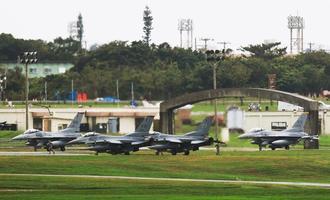 台風避難で嘉手納基地に飛来したF16戦闘機=22日午後12時56分、嘉手納基地(読者提供)