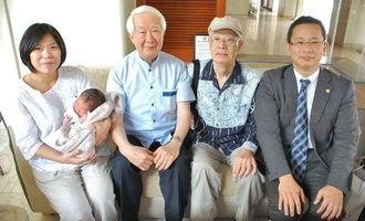 上杉邦憲さん(右から3人目)と対面した(右から)高良祐之さんと父の阮二さん、陸ちゃん、沢子さん=29日、那覇市おもろまちのザ・ナハテラス