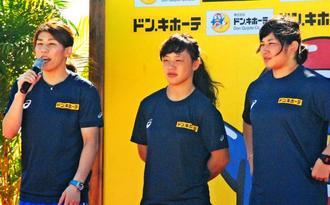 開会式であいさつする女子レスリングの(左から)吉田沙保里、登坂絵莉、土性沙羅=16日、西原きらきらビーチ(花城克俊撮影)