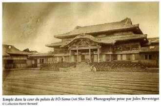 1877年に琉球を訪れたラクロシュトリ号のアンリ・リウニエ艦長の子孫が所蔵し、論文で紹介したルヴェルトガ撮影の正殿写真