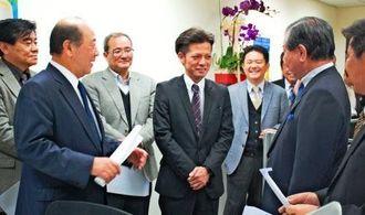台湾事務所の概要と営業戦略を説明する嘉手苅社長(左から2人目)と仲村所長(同4人目)=27日、台北市・オリオンビール台湾事務所