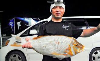 浜比嘉島で66・5センチ、3・65キロのタマンを釣った酒井政浩さん=4日