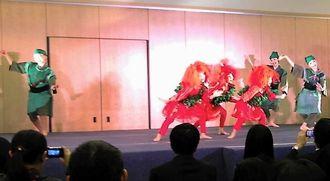 開場を熱気で包んだ花やからのステージー=北京市、在中国日本大使館広報文化センター