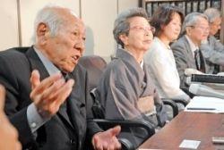 【10位】上告が棄却され、会見で裁判の不当性を訴える原告の西山太吉氏(左)や代理人ら=7月14日、東京・霞が関の司法記者クラブ