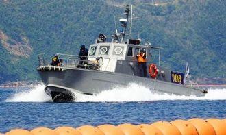 フロート沿いを警備するマリンセキュリティーの警備艇