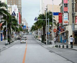緊急事態宣言が出された初日、車や人通りが少なく閑散とする国際通り=5月23日午後、那覇市松尾