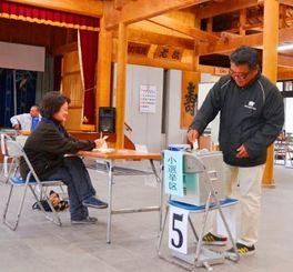 繰り上げ投票で1票を投じる有権者=竹富島まちなみ館