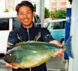 那覇一文字で48.5センチ、1.77キロのトカジャーを釣ったチームZUM'I'Zの山城拓也さん=6日