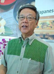 「経済発展に向けて関係強化を図りたい」と意気込んだ翁長雄志知事=18日午前10時半ごろ、那覇市・那覇空港