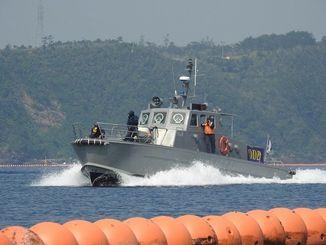 フロート沿いを警備する、ライジング社の子会社マリンセキュリティーの警備艇=4月、名護市辺野古沖