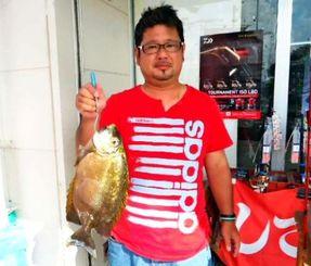伊江島で44.9センチ、1.67キロのカーエーを釣った新川将吾さん=9月20日