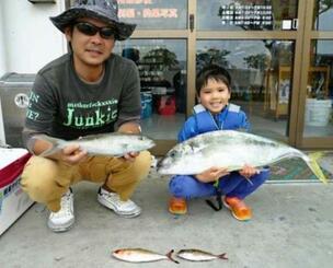 糸満沖で84センチ、6.29キロのホシカイワリを釣った座安あいと君(右)と正樹さん=4日