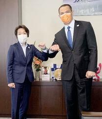 スポーツ庁を訪問し、室伏長官(右)と腕を合わせる東京五輪・パラリンピック組織委の橋本会長=25日午後、東京・霞が関(代表撮影)