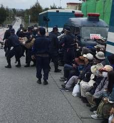 座り込んで抗議する市民らを強制排除する機動隊=18日午後0時半ごろ、名護市辺野古の米軍キャンプ・シュワブ工事車両用ゲート前